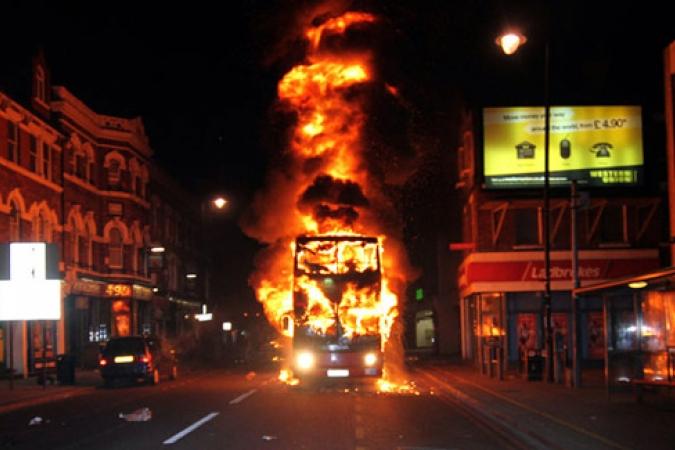 "#LondonRiots #UKRiots: ""Αν κλέψουν μερικά βιβλία, μπορεί να μάθουν και τίποτα"""
