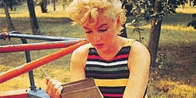 Σε παραλίες και αεροπλάνα, στο μετρό και σε κήπους – Don't Ever Read Me
